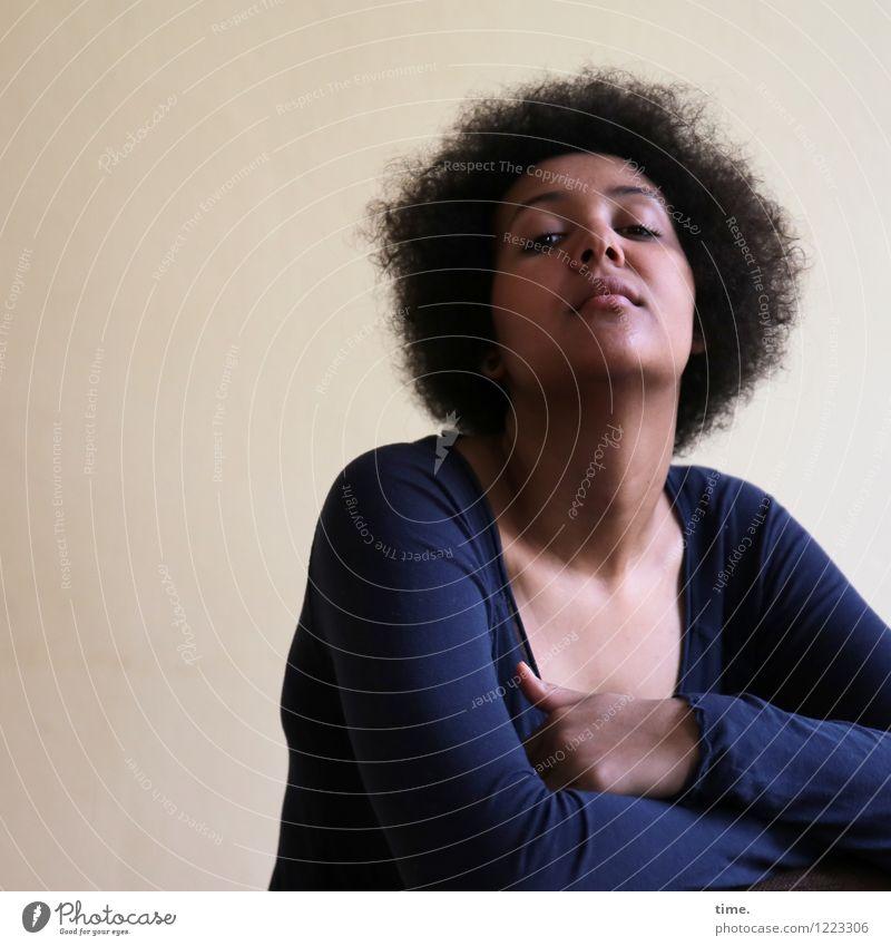 . Mensch Jugendliche schön Junge Frau Gefühle feminin Denken Raum warten beobachten Coolness Macht Schutz Neugier Konzentration Wachsamkeit