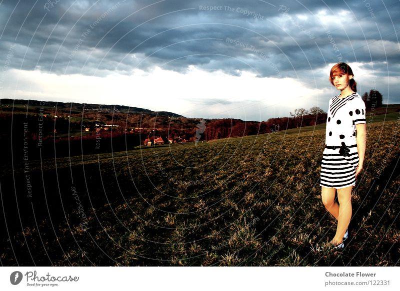 Schatten-/Sonnenseite Wiese Kleid Wolken Hoffnung Herbst Schweiz herannahendes Unwetter Wetter