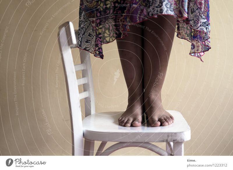 white chair | black woman (I) Stuhl Raum feminin Beine Fuß 1 Mensch Skulptur Theaterschauspiel Kleid stehen ästhetisch hoch Kraft Willensstärke Tatkraft