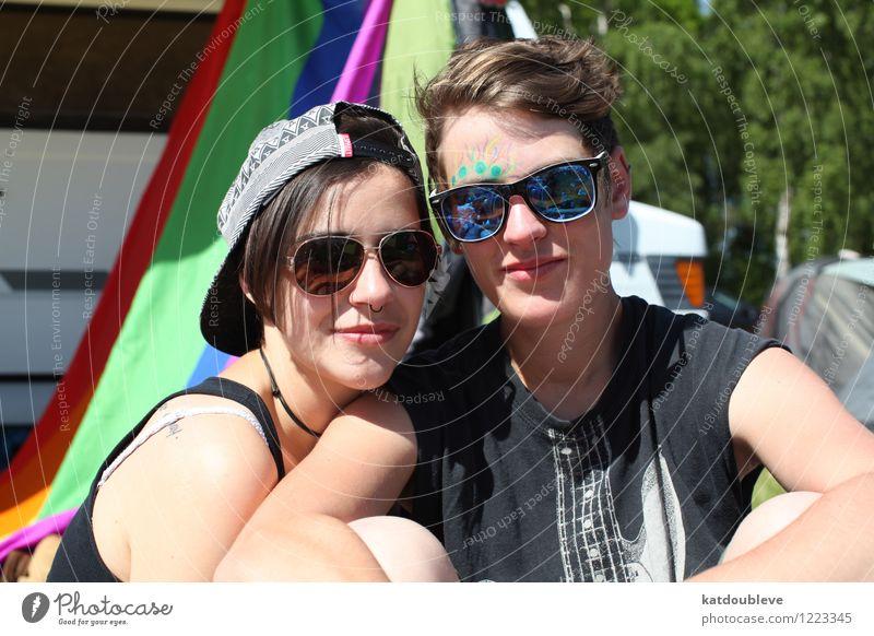 we were gay before it got trendy androgyn Homosexualität Paar Partner Kopf genießen Lächeln lachen Liebe sitzen Coolness frei Freundlichkeit Fröhlichkeit Glück