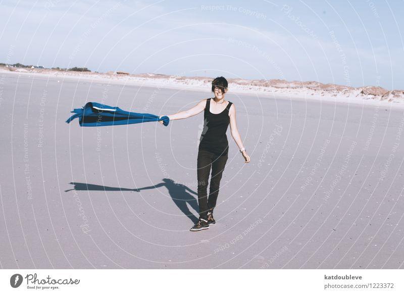 Let go, let the wind blow androgyn Homosexualität Natur Sommer Schönes Wetter Küste Strand Nordsee Meer genießen Lächeln lachen laufen Ferne frei Freundlichkeit