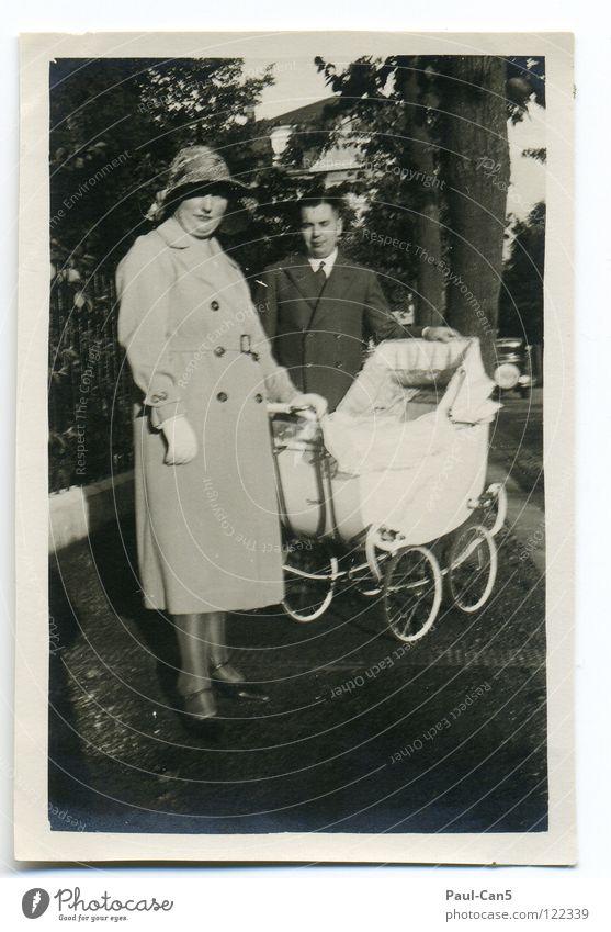 1931 antik Großmutter Kinderwagen schwarz weiß analog Schwarzweißfoto Menschengruppe alt Urgroßeltern Eltern leider unscharf Spaziergang Ausflug Stolz