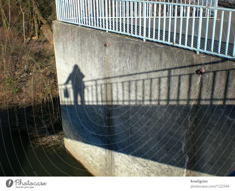 Schattenfrau Tasche dunkel Licht Wintersonne Mauer Baum hell-blau braun Geländer Brücke verrückt Böschung Hellgrau