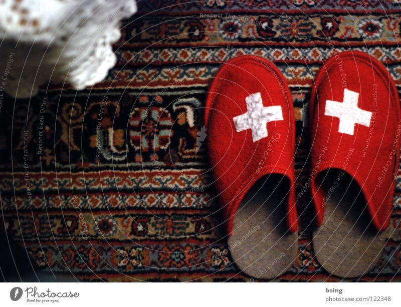 warme Füße für die Schweizer rot Hausschuhe Schlappen Teppich Filz Wohnzimmer Kaffeepause Mittagsschlaf saugen Alphorn Tracht Ferien & Urlaub & Reisen Wappen