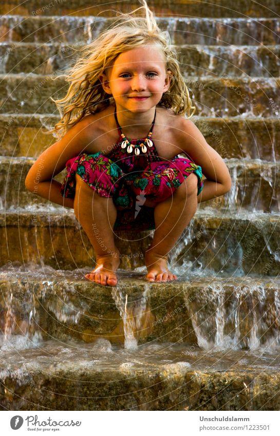 Percy Jacksons kleine Schwester Mensch Kind Mädchen Kindheit 3-8 Jahre Wasser Wasserfall Brunnen Treppe Schmuck blond hocken Lächeln ästhetisch Freundlichkeit