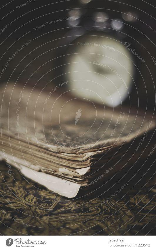 antike lektüre Buch alt Papier retro verfallen vergilbt Uhr Wecker