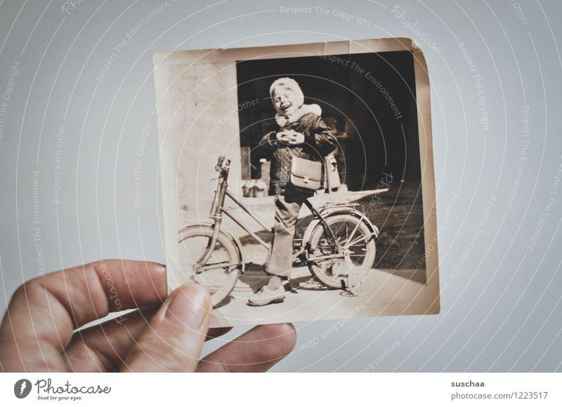 altes schwarz/weiss-foto von einem kind auf einem fahrrad mit stützrädern Fotografie analog Schwarzweißfoto Hand Kind Fahrrad Dreirad Stützräder Erinnerung