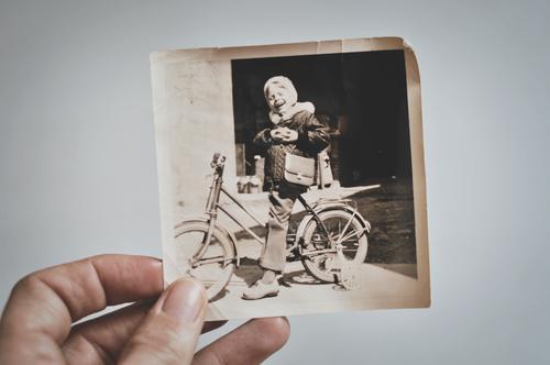 fahrradfahrn gelernt Fotografie analog alt Schwarzweißfoto Hand Kind Fahrrad