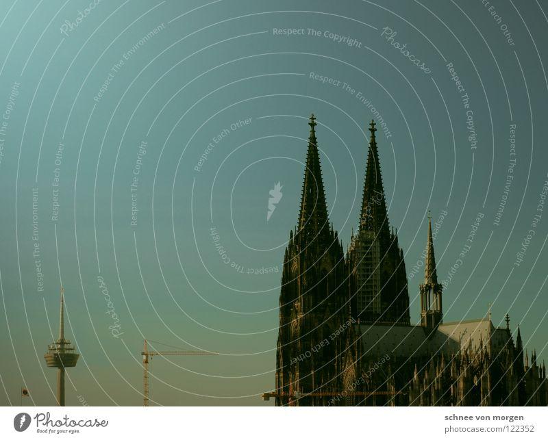 rank und schlank Himmel Stadt blau gelb Fenster Religion & Glaube Architektur groß hoch Perspektive Brücke Niveau Köln Denkmal Symbole & Metaphern Wahrzeichen