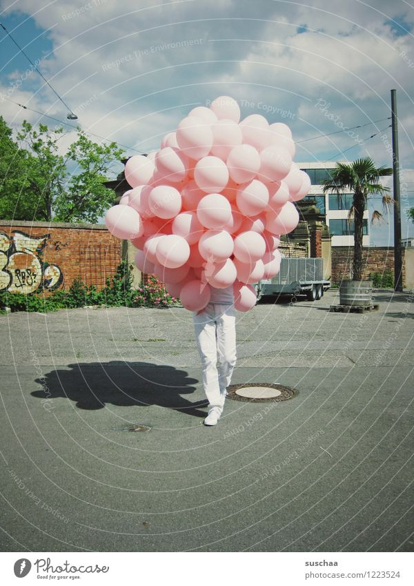ballons mit beinen .. Straße Beine laufen Luftballon verstecken skurril Tarnung unerkannt