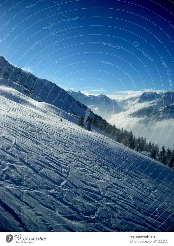 Bergabwerts. Himmel blau weiß Ferne Winter Berge u. Gebirge Schnee Aussicht Alpen Skifahren Spuren Tal Wintersport