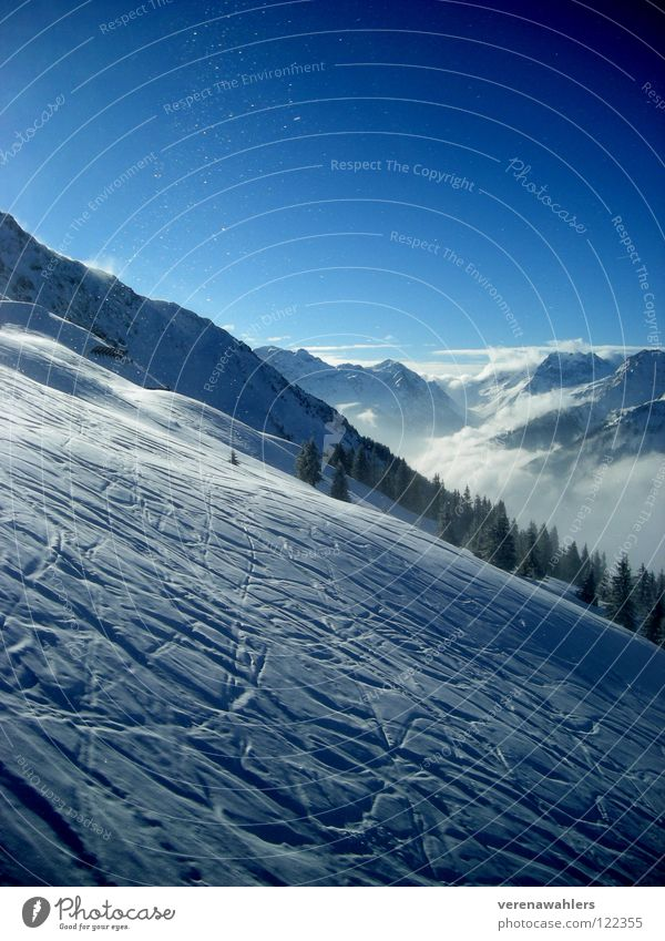 Bergabwerts. weiß Skifahren Winter Berge u. Gebirge Schnee Spuren Alpen blau Tal Himmel Aussicht Ferne