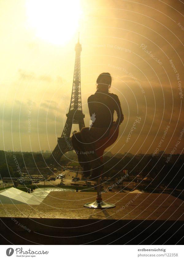 la meilleure vue Frau Himmel Sonne Ferien & Urlaub & Reisen Wolken Freiheit Erwachsene sitzen Stuhl Paris Denkmal Frankreich Wahrzeichen Stimmungsbild Tour d'Eiffel Licht & Schatten
