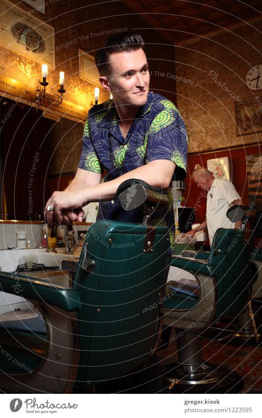 Rockabilly Barbershop II Mensch Jugendliche Junger Mann 18-30 Jahre Erwachsene Stil Lifestyle Mode Lächeln retro Coolness Kitsch trendy Spiegel Ring Hemd