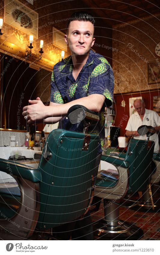 Rockabilly Barbershop Mensch Jugendliche Farbe Junger Mann 18-30 Jahre Erwachsene Stil Mode Lächeln retro Coolness Stuhl Kitsch trendy Spiegel Ring