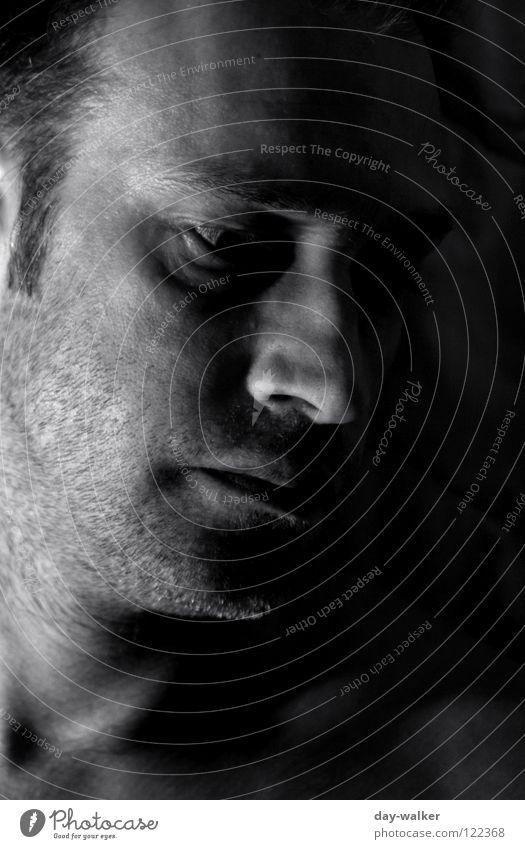 Minds Mann Kerl Licht Lichtspiel Silhouette dunkel Bart Kinn Stirn Schatten Porträt Gesichtsausdruck Schwarzweißfoto Konzentration Kopf Mensch Mund