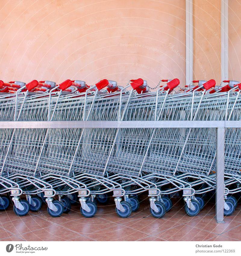 Hundert Einkaufswagen Supermarkt rot rosa Frankreich Cote d'Azur Lebensmittel Wagen Wand Gitter Stab glänzend Griff Parkplatz Ernährung Dinge Ste Maxime parken