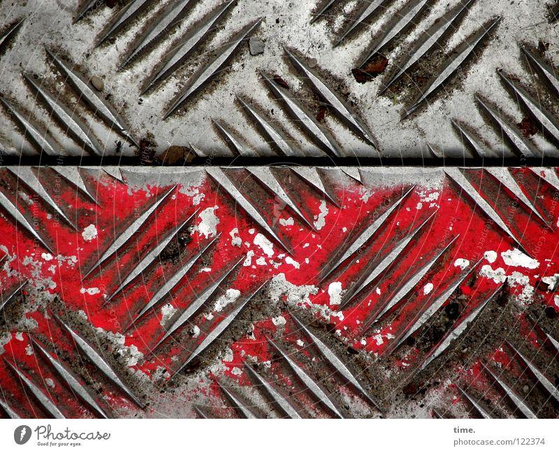 BauStellenProfil (II) schön rot Luft Metall Arbeit & Erwerbstätigkeit dreckig leer Sicherheit Baustelle Spuren diagonal Handwerk Fuge Eisen Furche Plattenbau