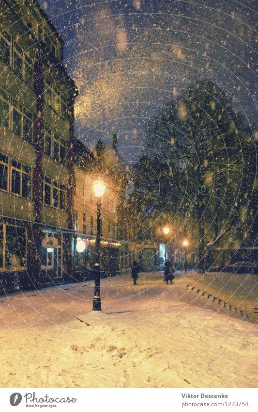 Starker Schneefall zu Weihnachten und die Menschen auf den Straßen Ferien & Urlaub & Reisen Stadt alt Baum Landschaft Haus Winter Architektur