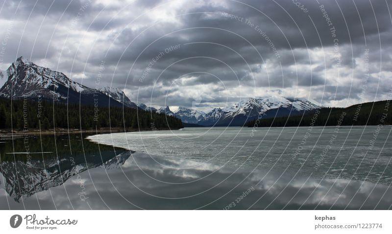 Endzeit Ferien & Urlaub & Reisen Berge u. Gebirge Landschaft Wasser Wolken Sturm Eis Frost Rocky Mountains Gipfel Schneebedeckte Gipfel See Maligne Lake