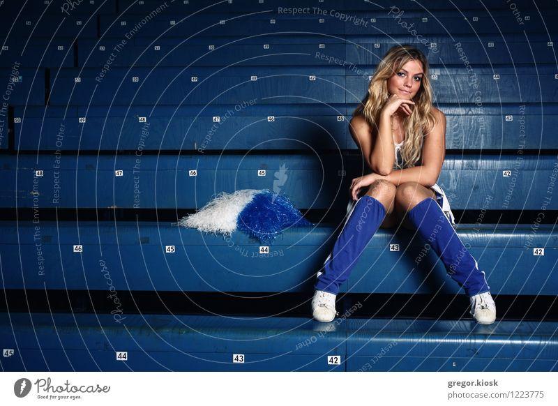 Das Spiel Mensch Jugendliche blau schön Junge Frau Erotik 18-30 Jahre Erwachsene feminin Sport Holz Körper blond sitzen Lächeln Warmherzigkeit
