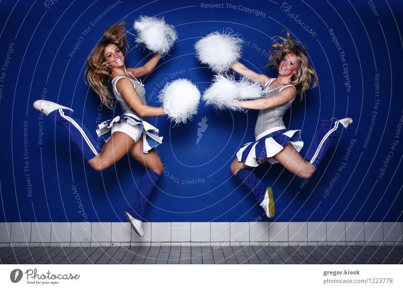 Springe um Cheerleader Freude Haare & Frisuren sportlich Feste & Feiern Sport Ballsport Sportmannschaft Sportveranstaltung Stadion Berufsausbildung Student