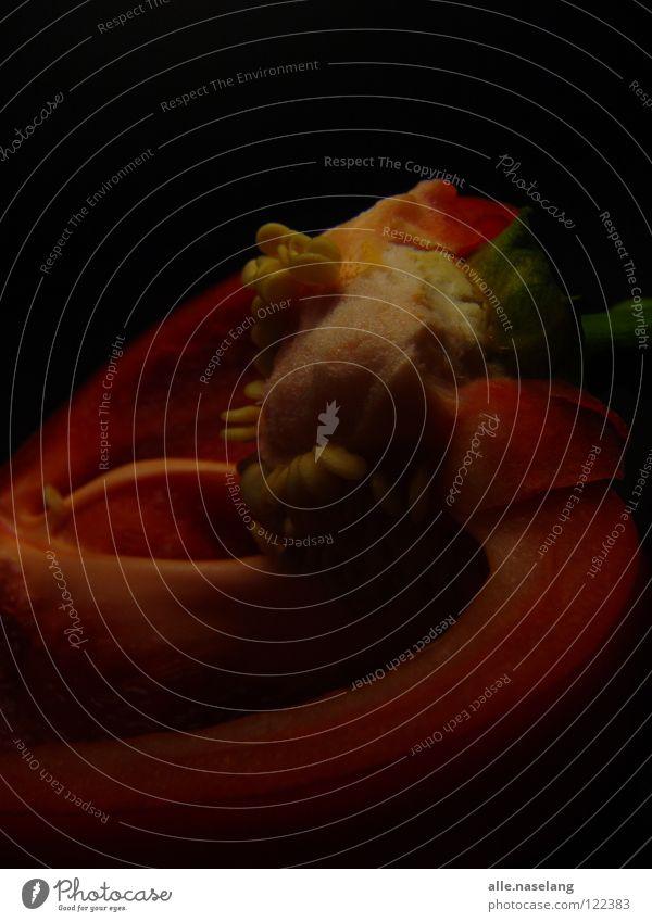 halbiert rot Paprika Kerne grün aufgeschnitten Schote Hälfte Teilung Pflanze roh lecker maßgearbeitet frisch zweiteilig Gemüse Stengel geschniiten