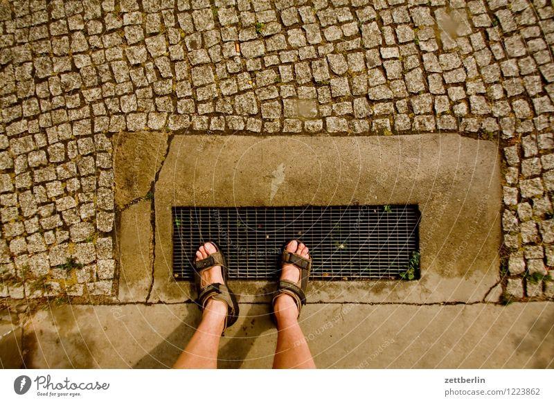 Füße Stadt Sommer Wege & Pfade Beine gehen Fuß stehen warten Fußweg Bürgersteig unten Müdigkeit Kopfsteinpflaster Eingang Erwartung Pflastersteine