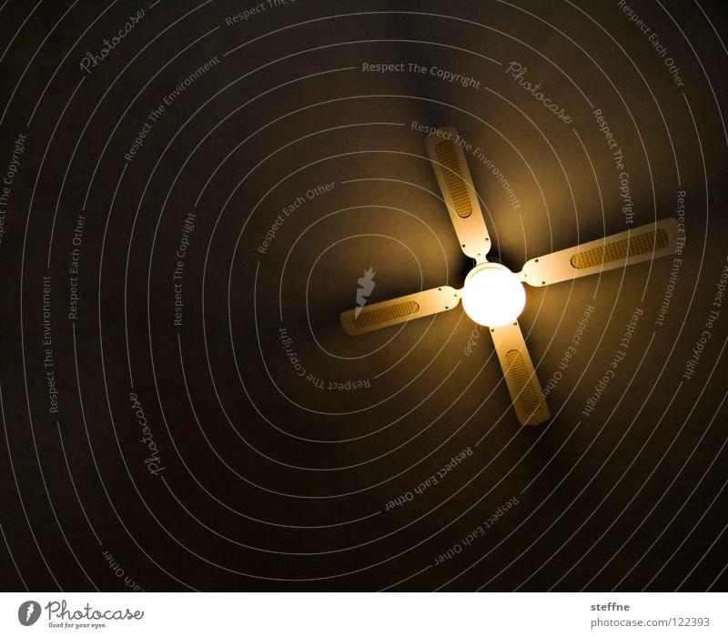 Frischen Wind in den Laden bringen Wärme Luft Lampe Bar Physik Gastronomie Café drehen Decke Motor kühlen transpirieren Propeller Kneipe Rotor Ventilator