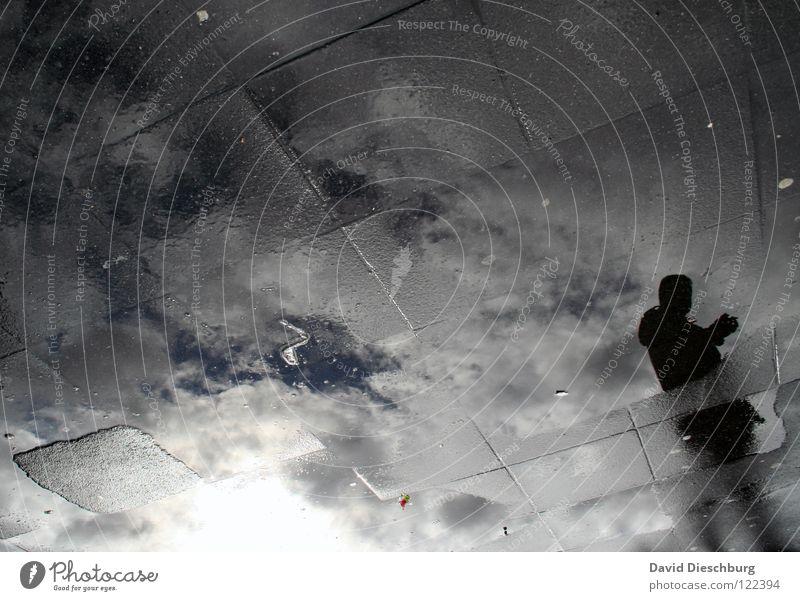 Glasboden I Mann Raster schwarz durchsichtig Frankfurt am Main Platz Marktplatz Reflexion & Spiegelung Pfütze Wolken Wasser Bahnhof Bodenbelag Mensch blau weis