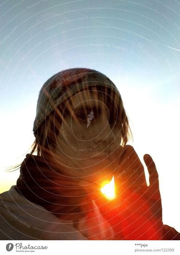 freunde der sonne. Jugendliche Mann Sonne Hand Wärme Beleuchtung Lampe hell gold Finger Stern Stern (Symbol) Mütze Physik Loch Typ