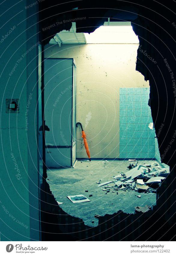 Umbrella meets Yesterday Demontage Zerreißen Zerstörung zerstören Vandalismus Wut Aggression Bad Renovieren Waschbecken Scherbe Keramik Spiegel fließen Tür