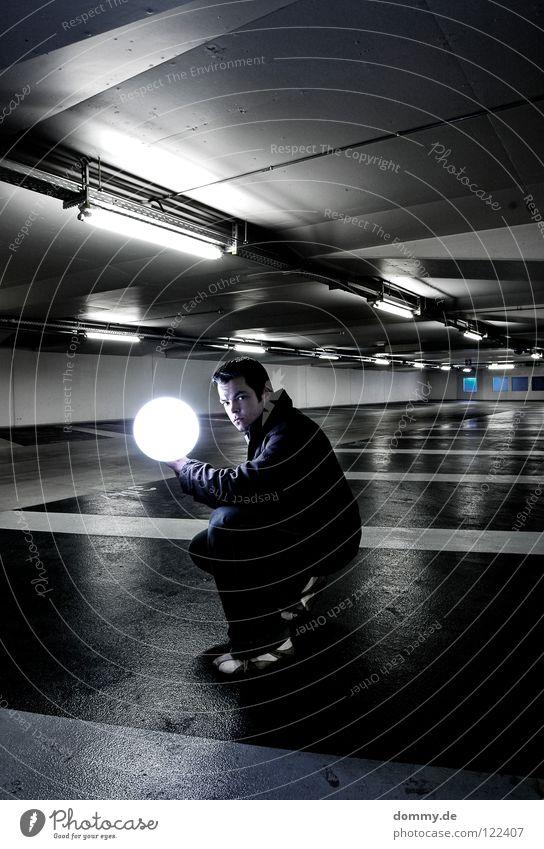 illuminating Mann Kerl Garage Tiefgarage Untergrund unten dunkel Leuchtstoffröhre Beton kalt Winter Beschriftung Parkplatz erleuchten Erkenntnis Schuhe Hose