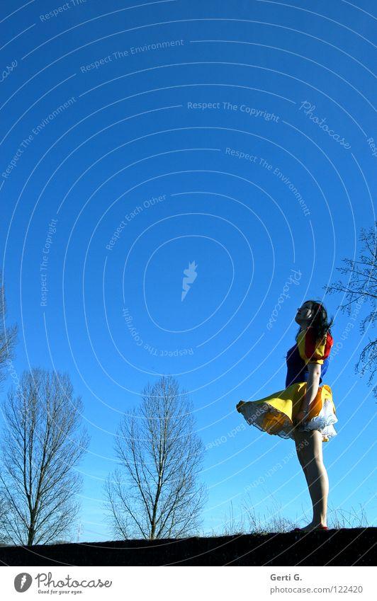 deliriously happy Frau Kind Mädchen schön Baum blau rot Freude schwarz gelb oben Glück lachen Mauer klein Wind