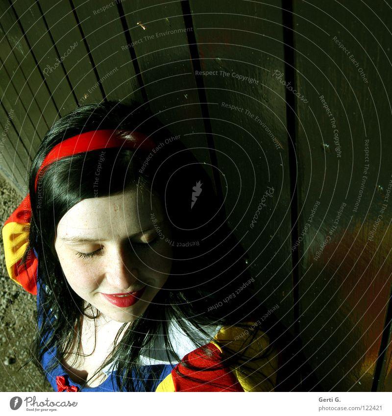 Schneewittchen schwarzhaarig Frau Märchen rot Lippen weiß Ebenholz gestreift rotgelb Dekolleté ausgeschnitten Einblick Wand Holz Physik geschlossen