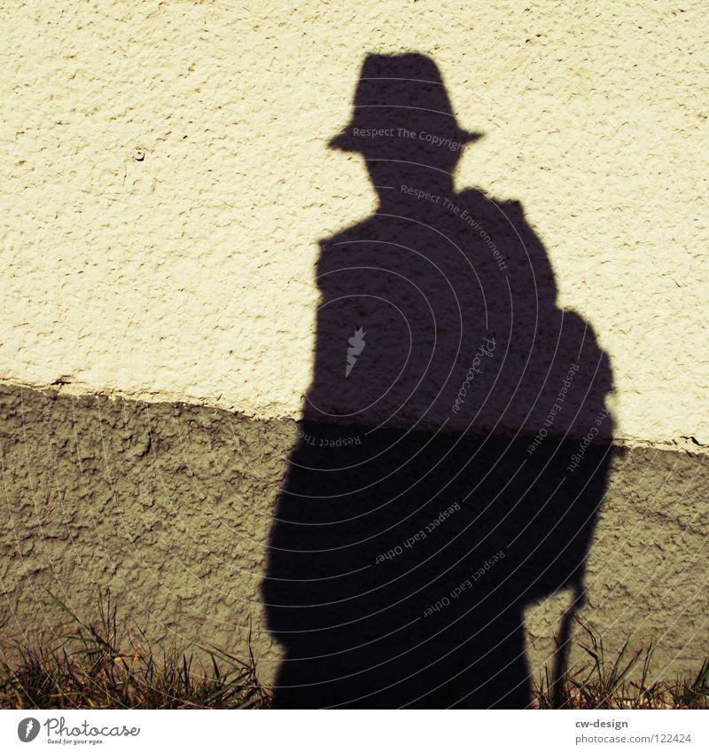 er hat nen schatten Mütze Körperhaltung Spaziergang Pendler Luft atmen Mann maskulin minimalistisch wo Gelände Photo-Shooting Medien Fotograf Fotografieren