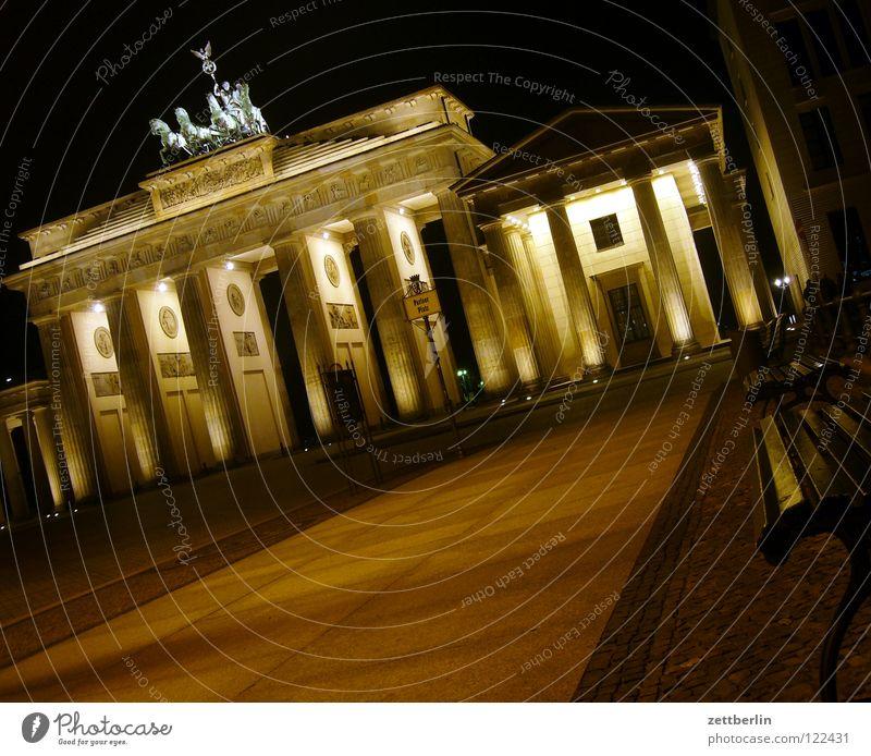 Brandenburger Tor Berlin Mauer Beleuchtung Architektur Ausflug Tourismus Denkmal Symbole & Metaphern DDR Wahrzeichen Scheinwerfer Hauptstadt Illumination Marketing Nachtaufnahme Klassizismus