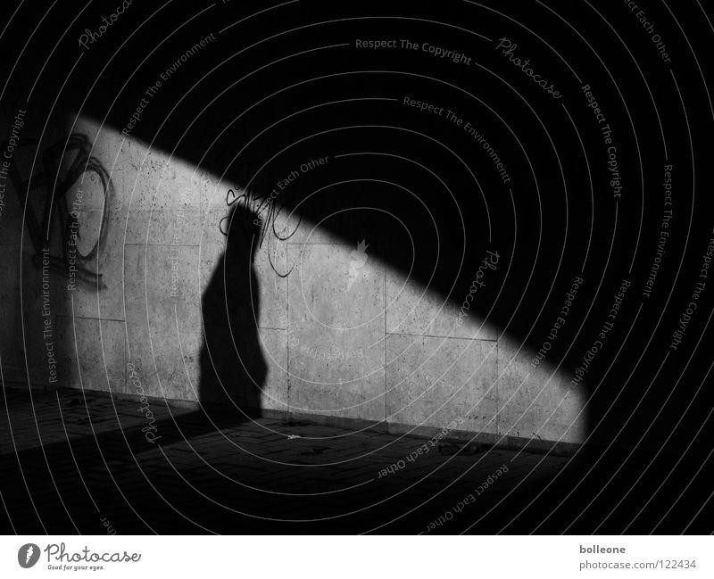 Total verschattet Mensch weiß Stadt schwarz dunkel Graffiti Angst gehen gefährlich bedrohlich unten Tunnel Eingang Panik Ausgang unterirdisch
