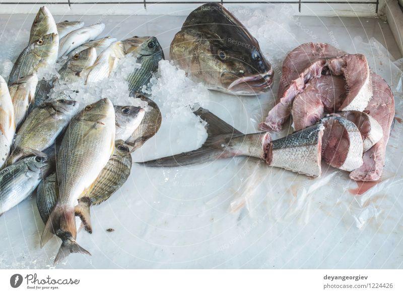 Fisch auf Eis auf dem Markt Fleisch Meeresfrüchte kaufen Industrie Tier verkaufen frisch lecker Bass Lebensmittel gefroren Gesundheit Fischen roh kalt Lager