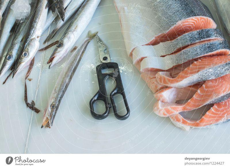 Lachs auf Eis im Laden Fleisch Meeresfrüchte Ernährung Diät kaufen Tisch Industrie Gastronomie frisch natürlich rot Fisch Lebensmittel Markt Lager Verarbeitung