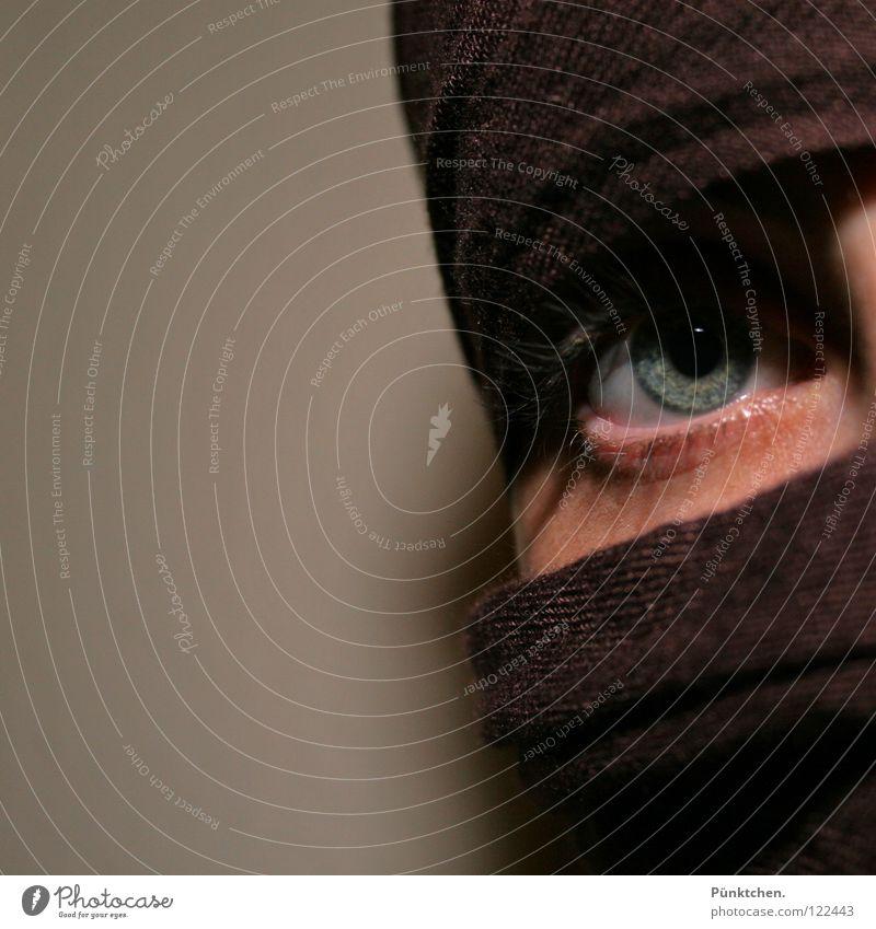 Nur ein Augenblick Frau Mensch blau grün schwarz Wand Kopf grau braun Haut Hautfalten verstecken Momentaufnahme Wange Wimpern