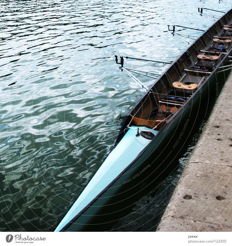 Mitfahrgelegenheit blau Wasser Holz Küste Zusammensein Freizeit & Hobby sitzen Pause eng Sitzgelegenheit Wassersport Ruderboot Schiffsbug Rhein Takt schmal