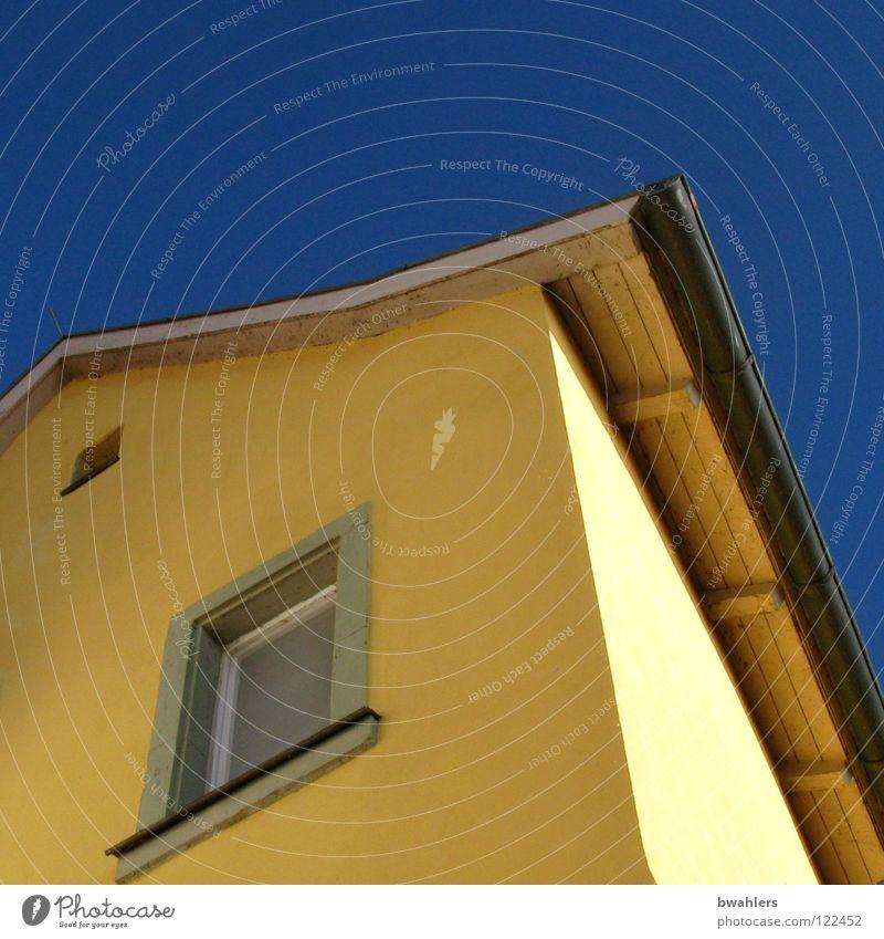 gelb und blau Haus Fenster Wand Dach Himmel Detailaufnahme Schatten