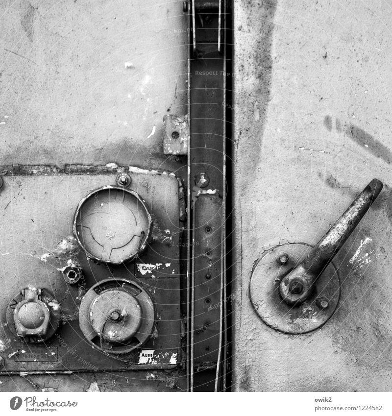 Tresor Schließmechanismus Hebel Tür Metalltür geschlossen alt Schwarzweißfoto Außenaufnahme Nahaufnahme Detailaufnahme Menschenleer Textfreiraum oben