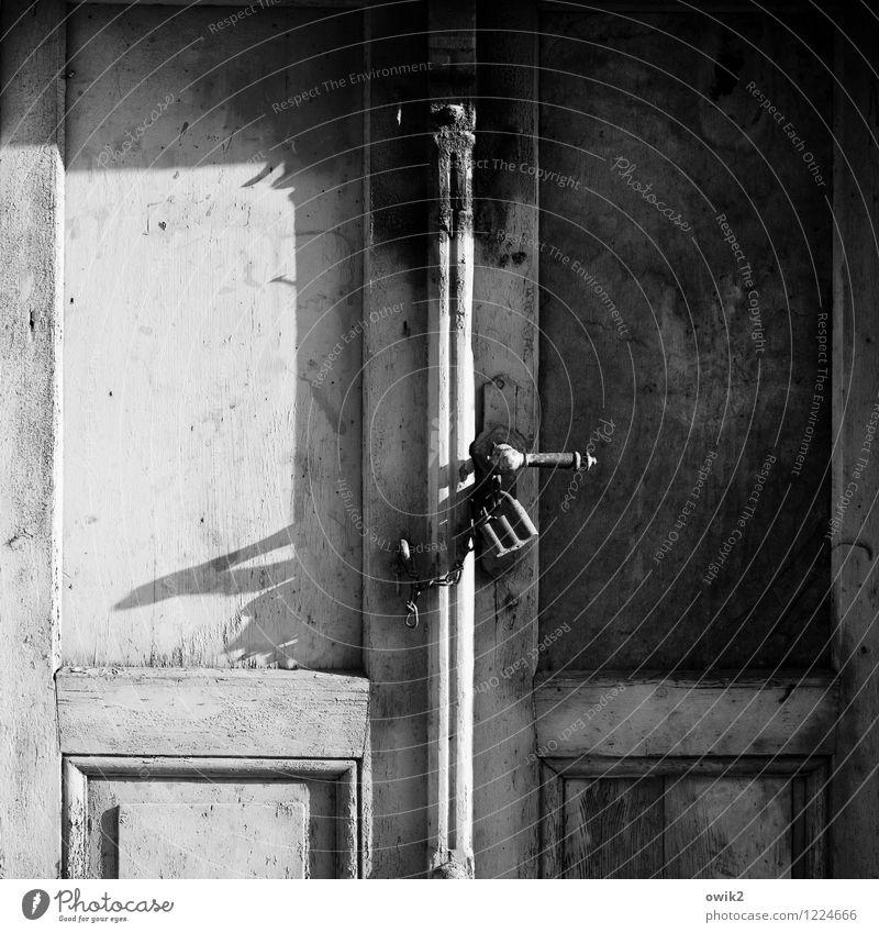 Märchenschloss alt Holz Metall Tür trist geschlossen Vergänglichkeit Schutz Sicherheit historisch Vergangenheit Zusammenhalt Gelassenheit verfallen Verfall