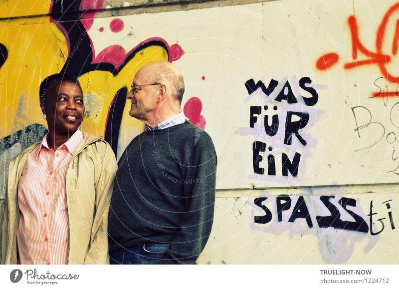 Kontakt-Blick Mensch Frau Mann blau weiß Freude schwarz Erwachsene gelb Wand Leben Graffiti Senior feminin Mauer braun