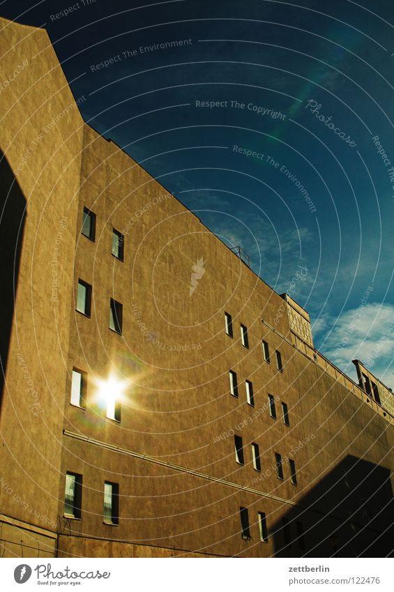 Gegenüber Haus Stadthaus Fassade Fenster Zeile Wand Mauer Brandmauer Sommer himmelblau Berlin Häusliches Leben Reihe Spalte Gebäude Sonne Himmel