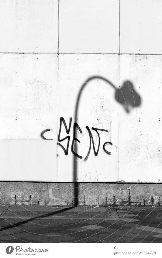 lampe Schönes Wetter Stadt Menschenleer Mauer Wand Verkehrswege Straße Wege & Pfade Laternenpfahl Straßenbeleuchtung Schattenspiel Bogen Graffiti dreckig trist