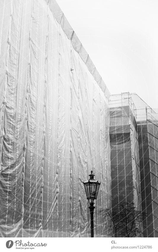 sanierung Stadt Haus Hochhaus Baustelle Laterne bauen Baugerüst Abdeckung
