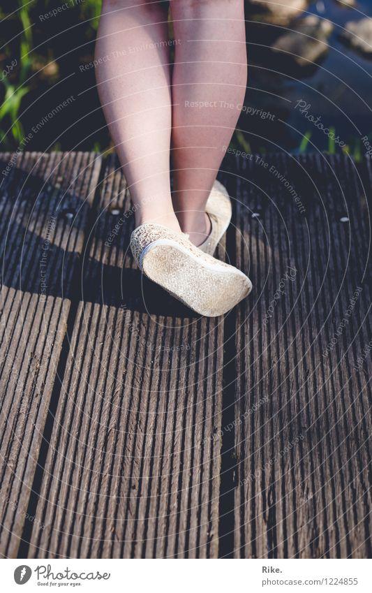 Einen Moment lang. Meditation Ferien & Urlaub & Reisen Sommer Sommerurlaub Mensch feminin Junge Frau Jugendliche Kindheit Erwachsene Beine Fuß 1 Natur Schuhe